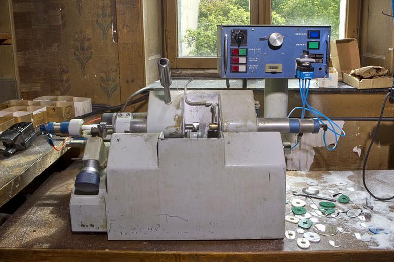 2 machines à usiner par copiage (machines à détourer les verres de lunettes)