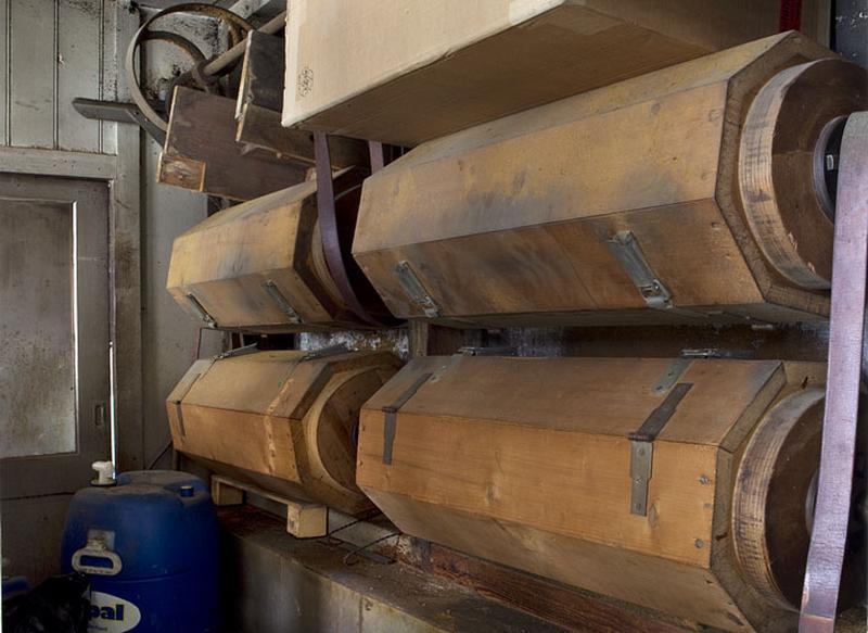 12 machines à décaper et à polir (tonneaux de polissage)