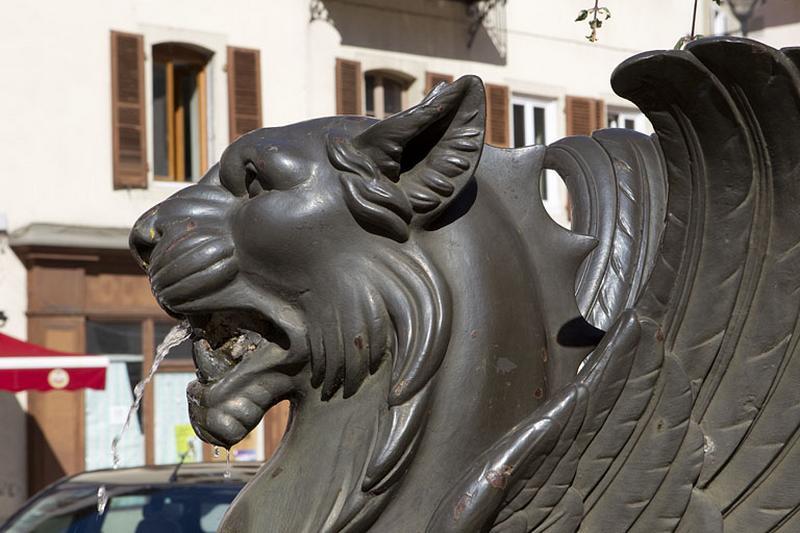 3 statues de lions ailés