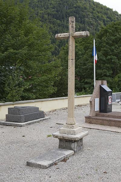 Croix de cimetière et tombeau de J. M. Bailly-Maître