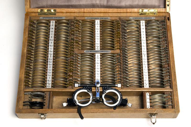 instruments d'observation et d'ophtalmologie (boîte de verres d'essai et 2 lunettes d'essai)