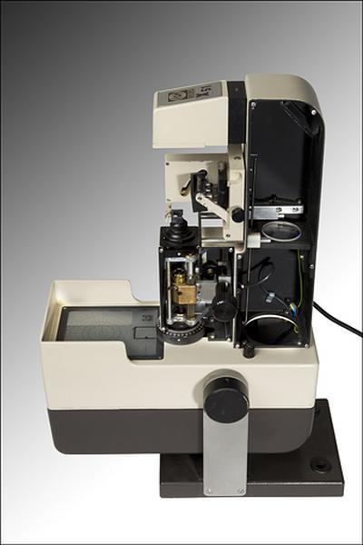 instrument de mesure des longueurs et des angles en optique (frontofocomètre projecteur Essilor X 51)