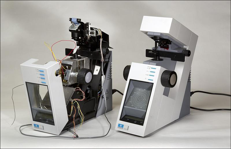 2 instruments de mesure des longueurs et des angles en optique (frontofocomètres projecteurs Essilor Axil)