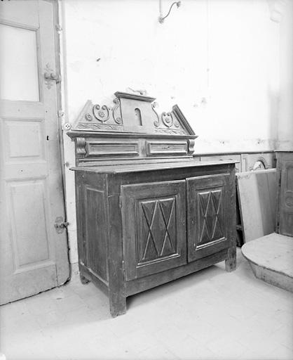 Meuble de rangement pour objets liturgiques