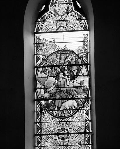 11 verrières figurées (vitrail tableau) : Sacré-Coeur, saint Denis, Miracle de saint Denis, Sainte Famille à l'atelier, Jeanne d'Arc, Ascension, Couronnement de la Vierge, Crucifixion, Vierge de Pitié, Agonie du Christ, Annonciation
