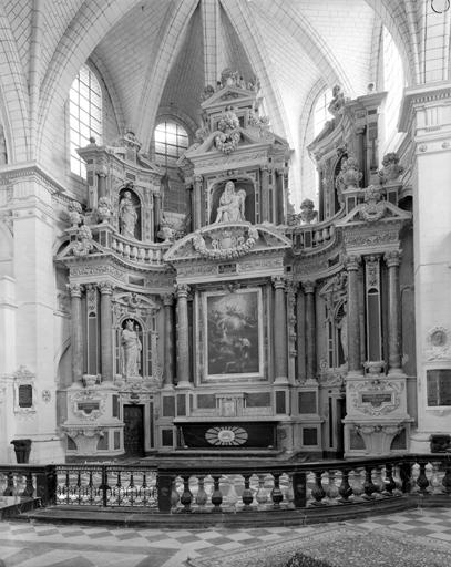 Retable architecturé à niche et à ailes du maître-autel