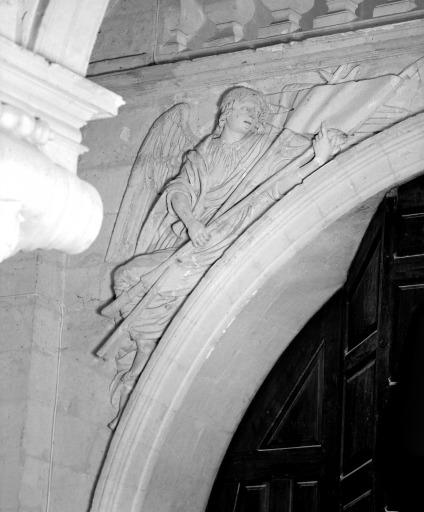 Ensemble de 20 bas-reliefs : anges aux instruments de la Passion