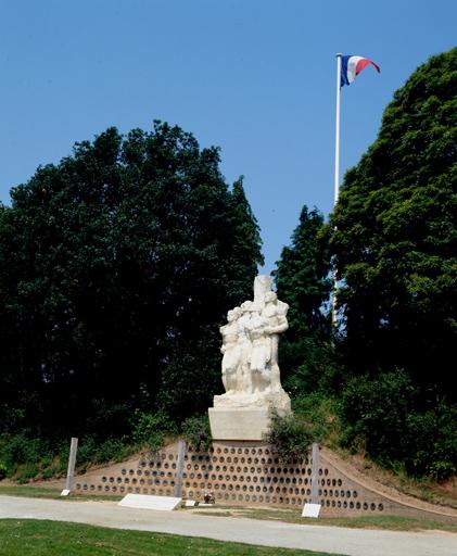 Groupe sculpté (figure colossale) : les fusillés de Châteaubriant