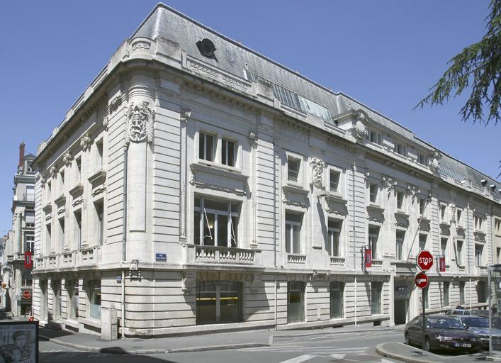 Banque Fortin, puis Crédit de l'Ouest, puis Crédit industriel de l'Ouest, actuellement magasin de commerce