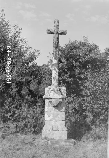 Croix de Chemin, sur la route de Kerbiriou (Saint-Hernin)