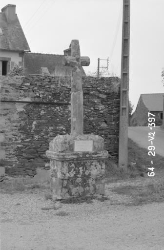 Croix de Chemin, à 200 m N. de l'église paroissiale (Motreff)