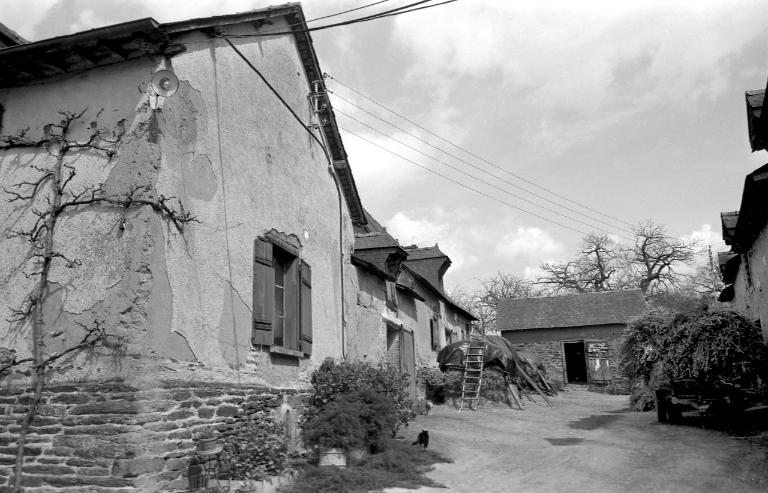 Présentation de la commune du Rheu ; Les maisons et les fermes (Le Rheu) ; Les corps de ferme en terre (Le Rheu)