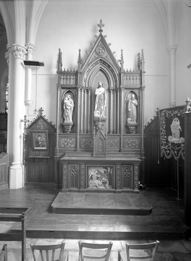2 autels, 2 retables, 2 tabernacles (retable secondaire, retable architecturé à niche), style néo-gothique