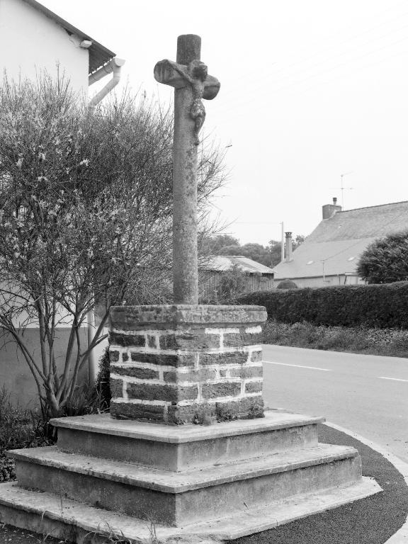 Croix de chemin, dite Croix des Cormiers, au bourg (Saint-Martin-sur-Oust)