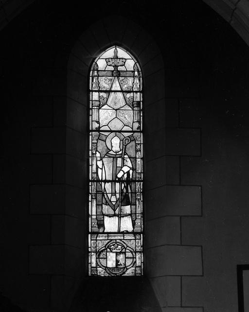 2 verrières à personnages : Saint Jacques de Compostelle (baies 1, 4)