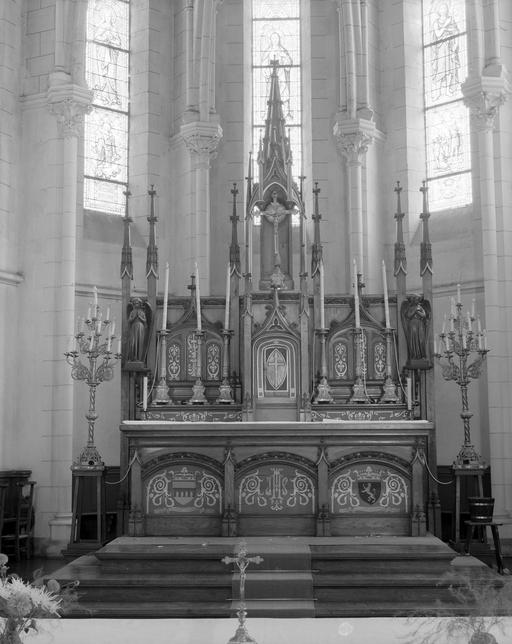Autel, gradin d'autel, tabernacle, exposition, 2 statues (maître-autel, tabernacle à ailes, tabernacle architecturé, figure d'ornement), style néo-gothique