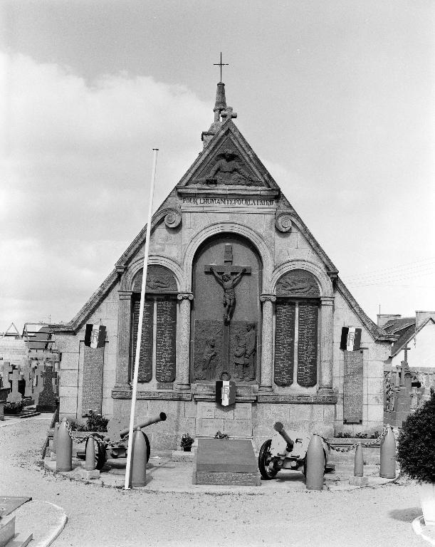 Monument aux morts de la guerre 1914-1918, dans le cimetière non étudié (Plouescat)