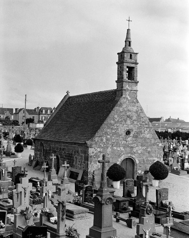 La ville de Plouescat ; Chapelle funéraire, dite Chapelle du Calvaire, dans le cimetière non étudié (Plouescat)