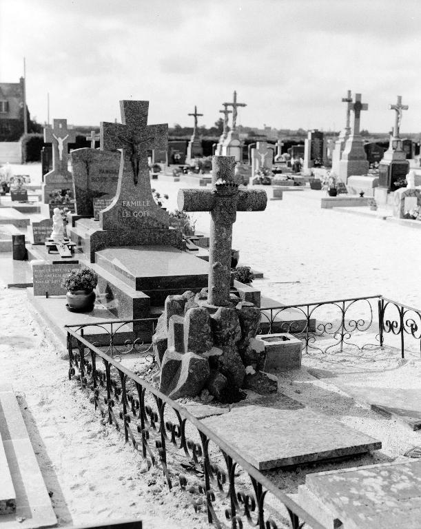 Tombeau, cimetière (Plounévez-Lochrist)