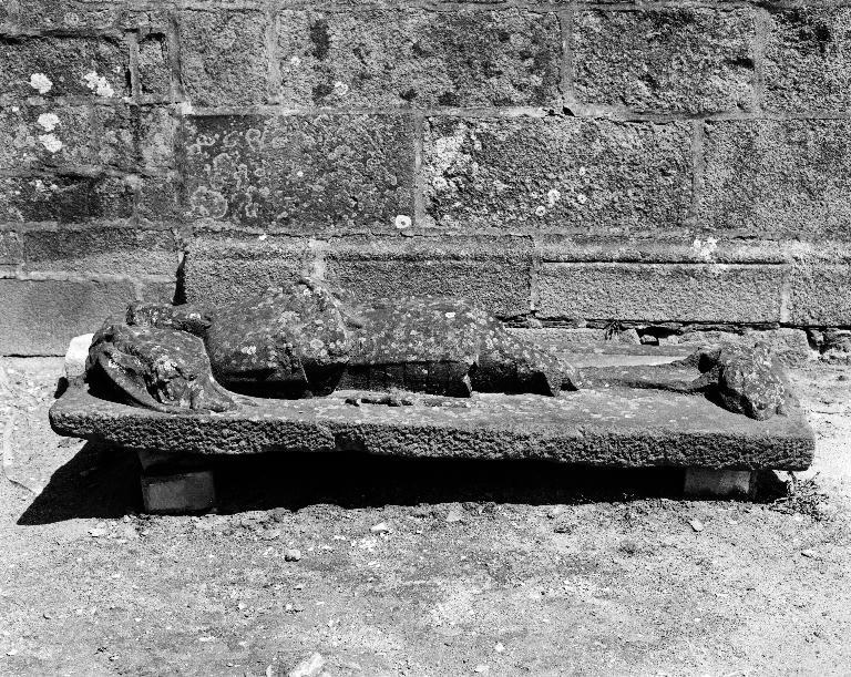 Plate-tombe du chevalier de Launay, sieur de Coetmerret, église paroissiale Saint-Hervé (Lanhouarneau)