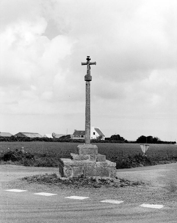 Croix de chemin dite croix de Kerizinen, Kermorvan (Plounévez-Lochrist)