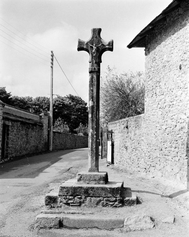 Croix de chemin, dite Croas Ar Born, au village, R.D. 29 à 175 m de l'église (Plounévez-Lochrist)