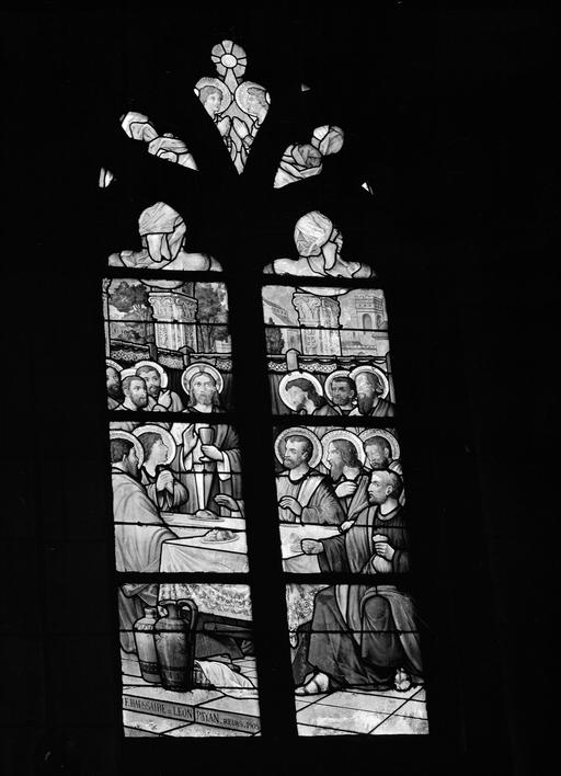 8 verrières (verrière à personnages, verrière hagiographique, verrière historiée, rose) : Cène, Calvaire, Annonciation, Jésus présenté au peuple, Christ juge, Baptème du Christ, Baptème de Clovis 1er, Baptème de Constantin (baies 1, 2, 3, 6, 80, 12, 14)