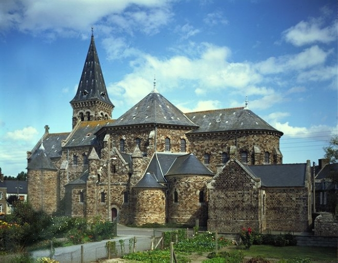 Église paroissiale Saint-Méen, Sainte-Croix (La Fresnais) ; Village (La Fresnais)