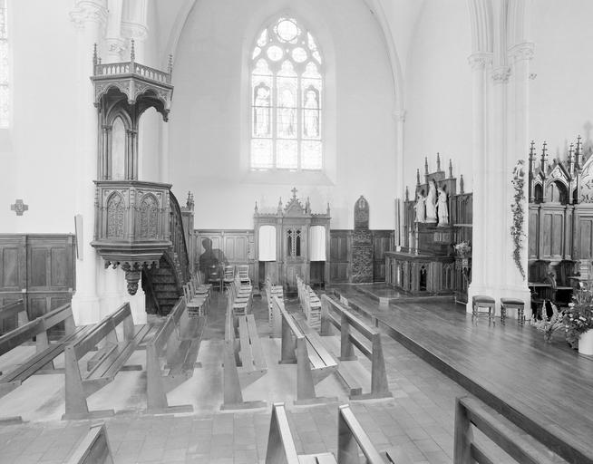 2 autels, 2 retables, chaire à prêcher, 2 confessionnaux, stalles, lambris de revêtement, style néo-gothique