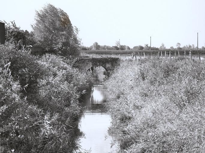Pont de la République, la Petite Rivière (Baguer-Pican) ; Les ponts et voies ferrées sur la commune de Baguer-Pican
