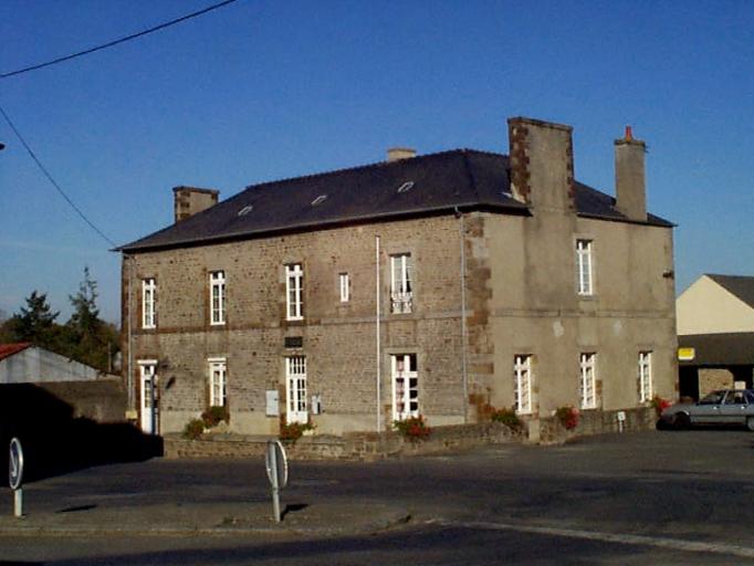 Mairie-école, 10 rue de la Mairie (Epiniac) ; Mairie, écoles, monuments, fontaines et lavoirs sur la commune d'Epiniac