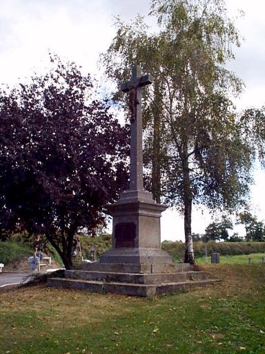 Croix monumentale, R.D. 8 ; voie ferrée Saint-Malo-Rennes, la Hirlais (Baguer-Morvan)