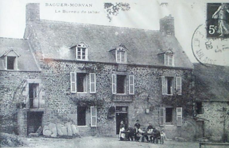Ferme, puis café, actuellement mairie, 1 rue du Commandant Lecossois (Baguer-Morvan)