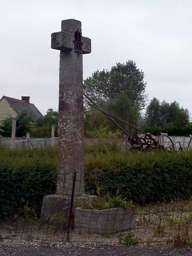 Croix de chemin, rue du Gros-Orme ;  chemin des Cancales, la Grande Croix (Le Vivier-sur-Mer)