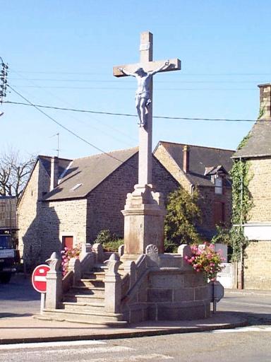 Croix monumentale, rue de l'Eglise (Roz-Landrieux)