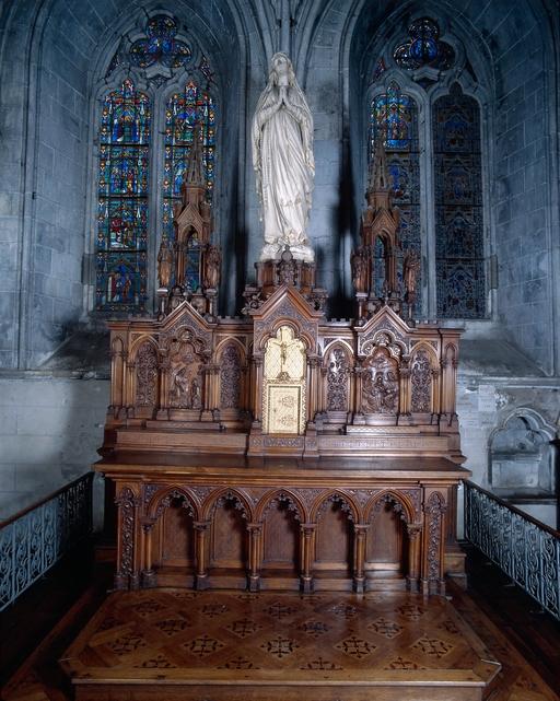 Ensemble de l'autel de la Sainte Vierge (autel, tabernacle, retable, 2 degrés d'autel, gradin d'autel, 2 bas reliefs): Annonciation, Couronnement de la Vierge