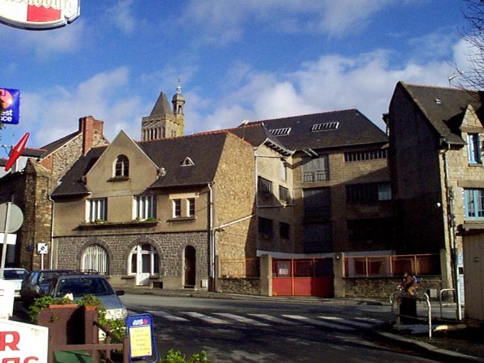 Usine, 18 place Toullier (Dol-de-Bretagne) ; Maison, 2 rue Yves Estève (Dol-de-Bretagne)