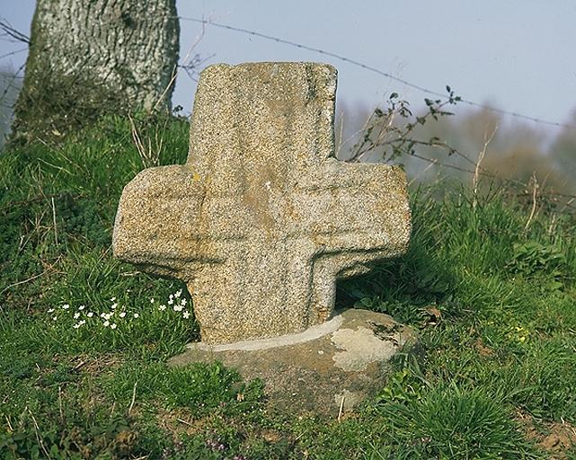Présentation de la commune d'Epiniac ; Croix de chemin dite la Croix-de-Pierre (Epiniac)