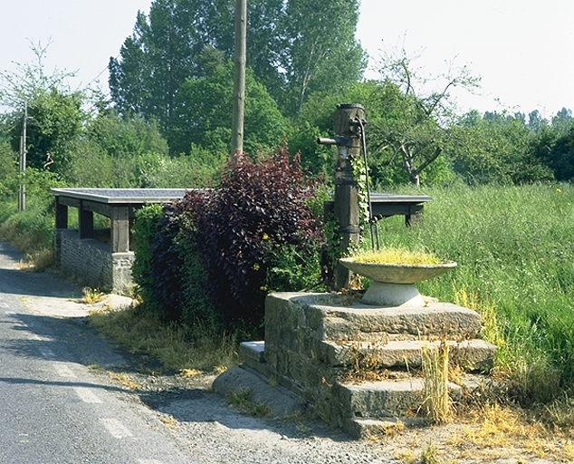 Lavoir, rue du Douët-des-Roches (Epiniac)