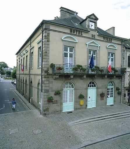 Mairie, 1 rue Grande-Rue des Stuarts (Dol-de-Bretagne) ; Les mairies, perceptions, halles, postes, gares, gendarmeries, monuments aux morts, cimetières et châteaux d'eau sur la commune de Dol-de-Bretagne