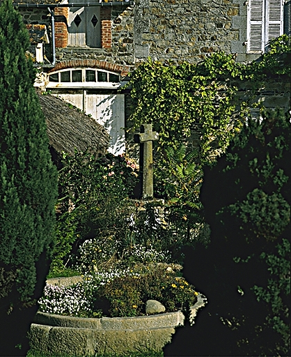 Présentation de la commune du Vivier-sur-Mer ; Croix de chemin, 1 rond point du Centre (Le Vivier-sur-Mer)