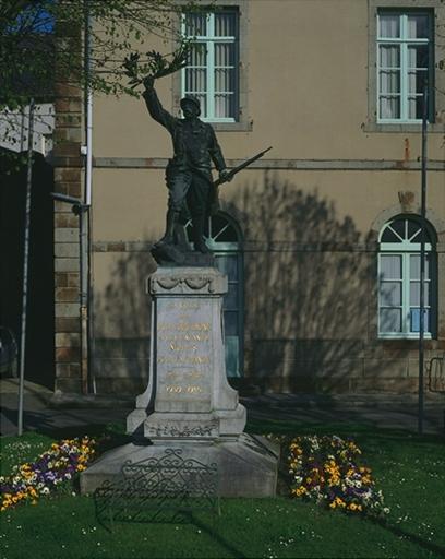 Monument aux morts de la guerre de 1914-1918 et de la guerre de 1939-1945, place du Général de Gaulle (Dol-de-Bretagne)