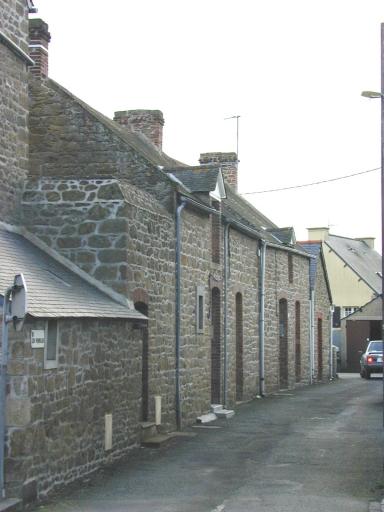 Alignement de maisons, 1, 3 rue des Venelles (Saint-Coulomb)