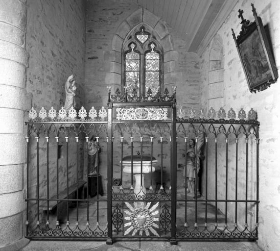 Clôture de chapelle et fonts baptismaux
