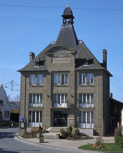Mairie et salle des fêtes (Saint-Méloir-des-Ondes) ; Les écoles, mairie, cimetière et gare sur la commune de Saint-Méloir-des-Ondes