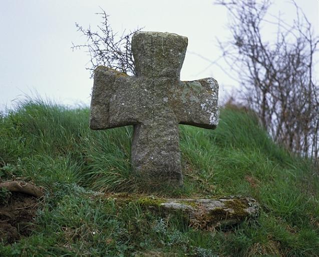 Croix de chemin, les Courtils (Saint-Coulomb) ; Les croix monumentales, églises, chapelles, monuments et tombeaux sur la commune de Saint-Coulomb