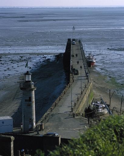 Phare de la Fenêtre ; Front de mer: jetée de la Fenêtre, la Houle (Cancale)