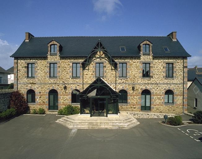 Mairie-école, rue de la Mairie (Saint-Coulomb) ; Mairie, monuments aux morts, écoles, postes, cimetière et monuments sur la commune de Saint-Coulomb