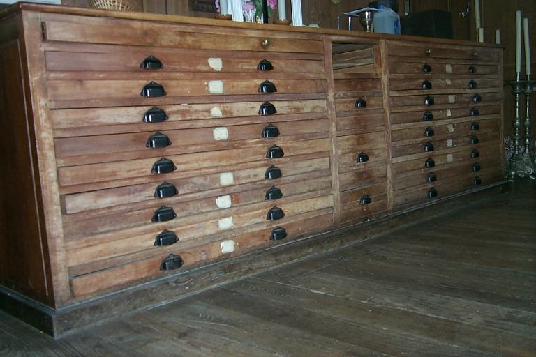 Meubles de sacristie: chasublier, 5 armoires de sacristie