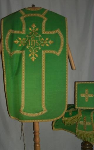Ornement vert 1: chasuble, étole, manipule, voile de calice, bourse de corporal